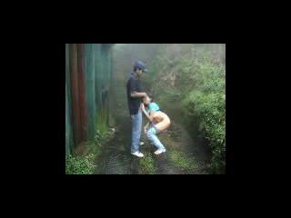 印地安戀人做在室外的雨中