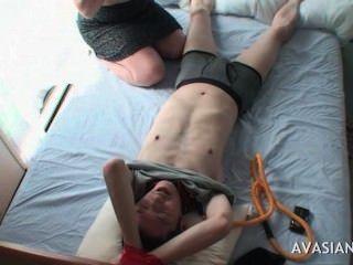 性感的亞洲青少年戲弄一個被栓的朋友