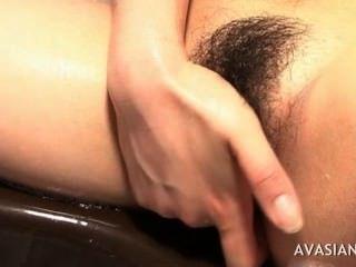 角質亞洲人手淫硬在浴室裡的滑溜貓