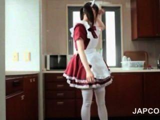 可愛的亞洲女僕閃光屁股upskirt誘惑她的老闆