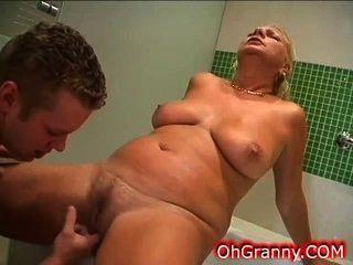 溫暖的浴時間與性感的奶奶