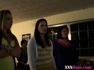 大學女孩排隊在與titties的hazing黨