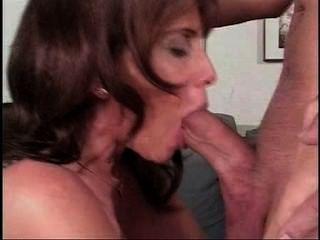 雷吉娜鋒利的喉嚨,暨在嘴裡