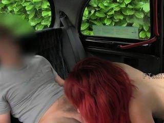 豐滿的紅頭髮他媽的在出租車