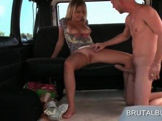 金發性感的業餘女孩騎在性公交車上巨大的陰莖