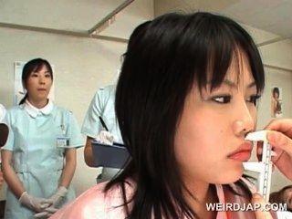 亞洲可愛病人得到貓檢查在婦產科醫生