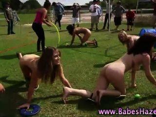 青少年學院承諾裸體遊戲