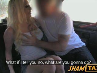 出租車司機撿起和屁股他的前車在他的車後座