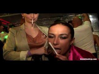 塔拉白和哈娜黑正在玩香煙的聚會!