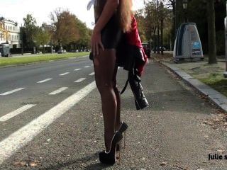 julie skyhigh比利時妓女在極端高跟鞋的森林扣上手銬