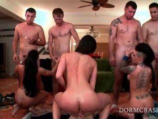 pornstars吃大學負擔軸在膝蓋在狂歡