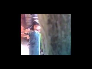 印度青少年沐浴室外