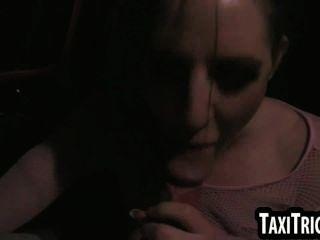 黑髮朋克搖滾寶貝吮雞巴和得到性交