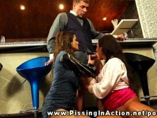 在兩個女孩的男服務員小便