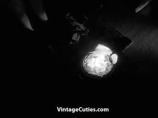 巨乳長毛的女孩在黑暗中跳舞裸體