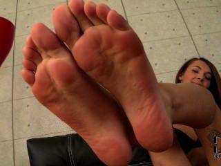亞歷克西斯brill顯示她的年輕腳趾和鞋底