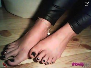 znamiona顯示她的年輕的腳在蕾絲襪,沒有他們