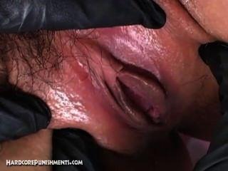 日本順從的性奴隸在鋼籠子被栓和由femdom折磨