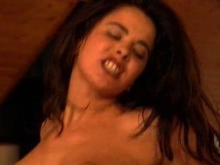 黑髮美女彎曲在椅子上和anally性交