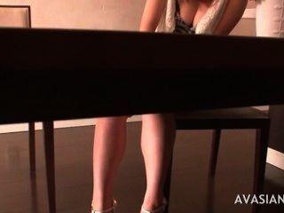毛茸茸的日本女孩得到強烈的性高潮