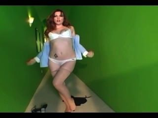 魅力寶貝從她的棉內褲和裸體連褲襪脫衣