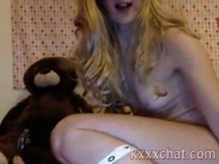 性感的金發女郎與殘酷的玩具,在她的屁股