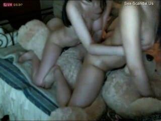 兩個中國女孩與一個玩具熊做愛