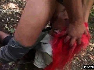 狡猾的紅發寶貝吮在一個硬公雞在樹林裡
