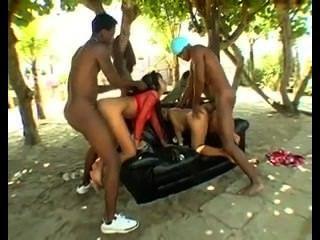 兩個巴西蕩婦得到在戶外長沙發
