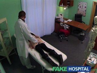 fakehospital間諜在漂亮的青少年慢慢地誘惑和採取餅