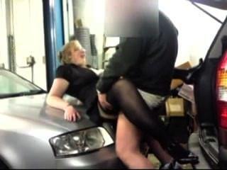 業餘車手在車庫