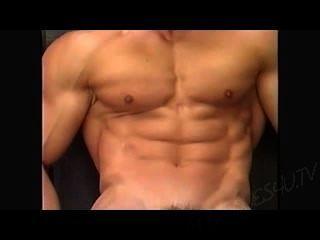 先生。肌肉男露台擺姿勢
