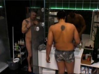 瑞典現實nicklas顯示所有在淋浴