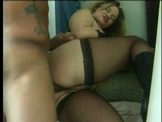 長筒襪的bbw蕩婦媽媽得到巨大的黑色公雞裡面混合