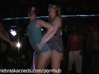 閃爍和變得赤裸在春假俱樂部手機視頻