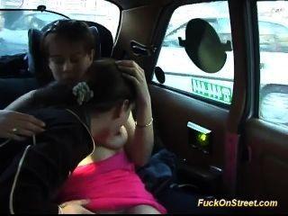 甜美的青少年喜歡瘋狂的後座他媽的在我的出租車