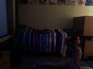 青少年實踐的裸體瑜伽