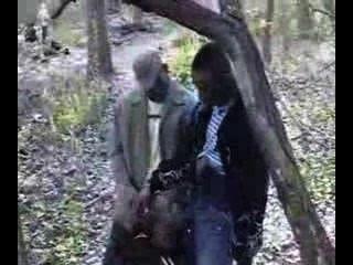 3個黑人在公園裡,1吸。