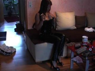 緊身皮褲,緊身胸衣和高跟鞋。難以置信的