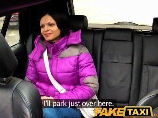 有大自然山雀的faketaxi婦女乘坐公雞