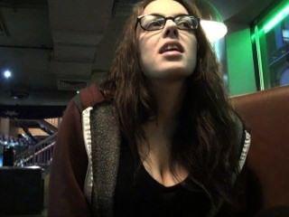 在公共酒吧的上廁所旅行偷看和秘密偷窺手淫