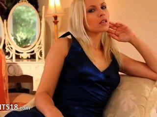 藍色鞋子和性感的裙子和長襪