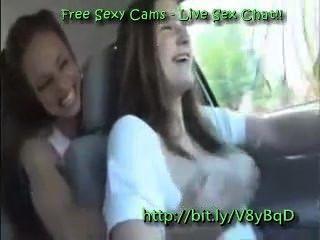 女同性戀者在駕駛時玩弄他們的乳房