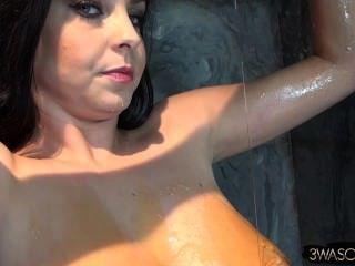 在稠粘的混亂蓋的大自然乳房