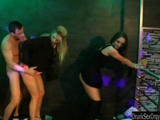 雙性戀蕩婦他媽的在俱樂部
