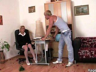 她在辦公室裡粗魯的他媽的