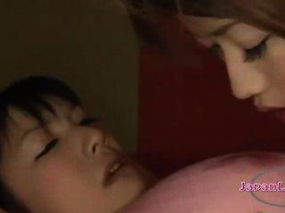亞洲女孩戴上手銬和口腔得到她的鼻子舔乳頭吮吸