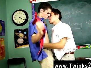熱同性戀性克里斯佩雷斯是一個學科教授在這令人難以置信