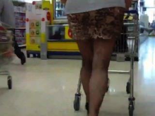 跟隨一個胖屁股成熟沒有內褲在迷你裙公共閃光