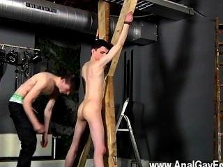 熱弱受現場受害者aaron獲得鞭打,然後正確地獲得他的槽